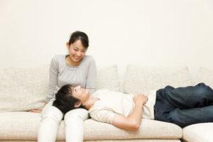 膝枕するカップル