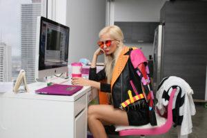 パソコンを使う派手な女性