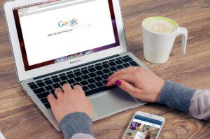 グーグルの検索画面とパソコンを利用する手