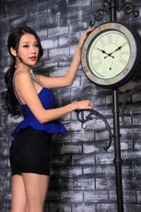 時計に手をかける女性