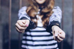 手錠されている女性