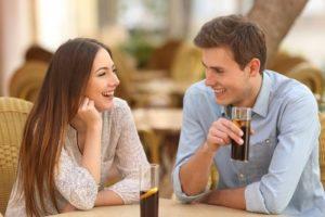 カフェで話する男女カップル