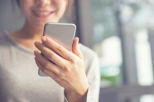 携帯・スマホを見る女性